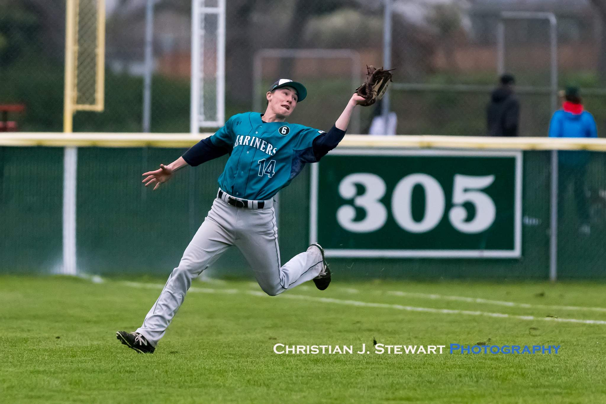 Victoria Mariner left fielder Justin Giles (14) makes a nice running catch against the Eagles on Tuesday evening (Photo: Christian J. Stewart)