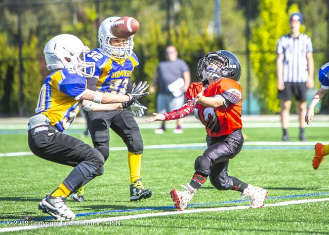 May 4th, 2019 Victoria, BC (SN) - Lucas Hansen of the Westshore Warriors Atom team looks to pull down the free pass from his QB - Erich Eichhorn image ( www.allsportmedia.ca)
