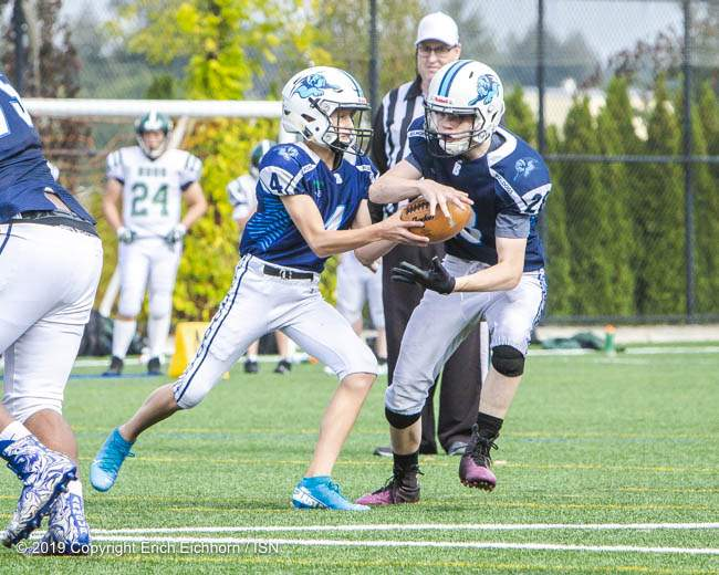 September 25, 2019.  Victoria, BC (ISN) - Belmont's QB Hudson Poppitt to RB Finn Duncan out of the back field - Erich Eichhorn image (www.allsportmedia.ca)