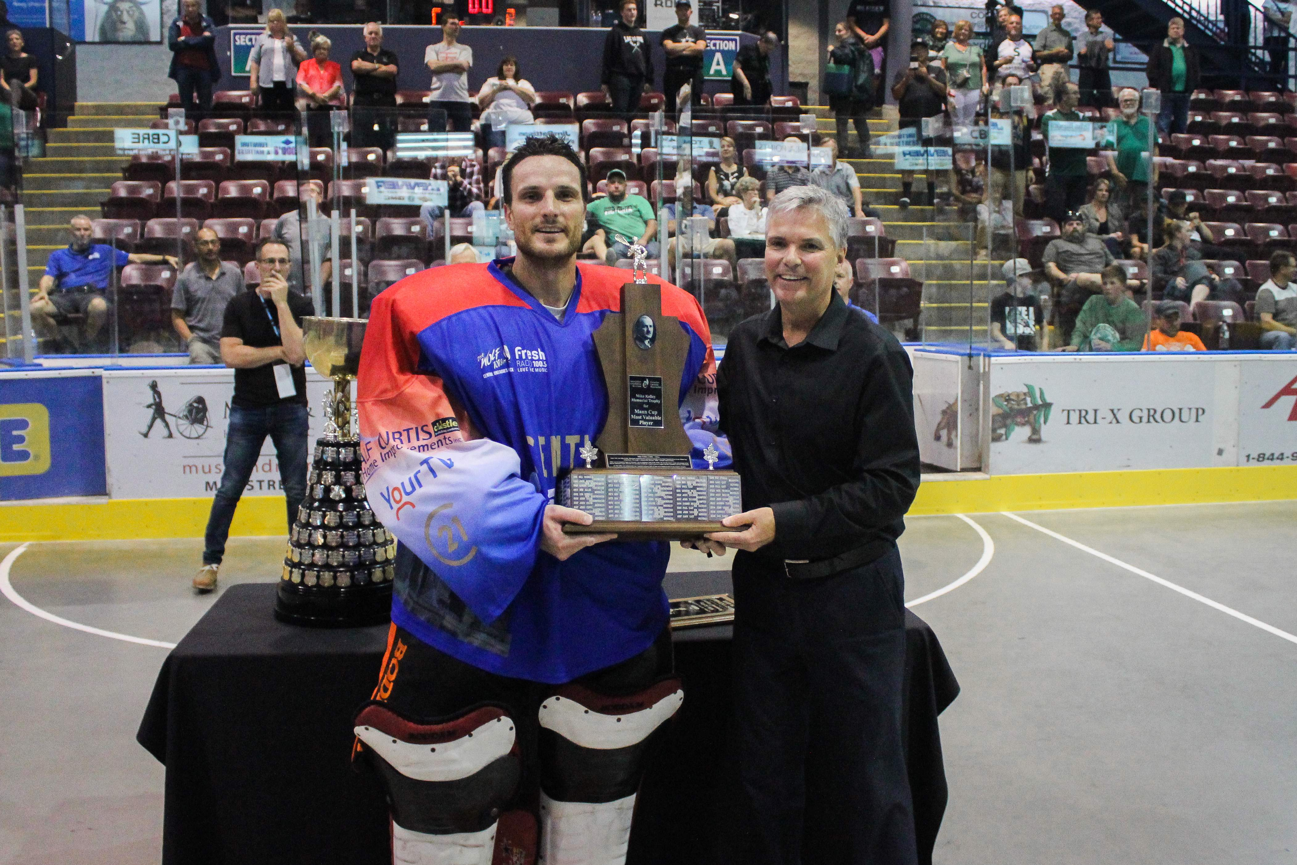 Lakers goaltender Micheal Poulin accepting the Mike Kelly Award. Photo by Nathanael Laranjeiras